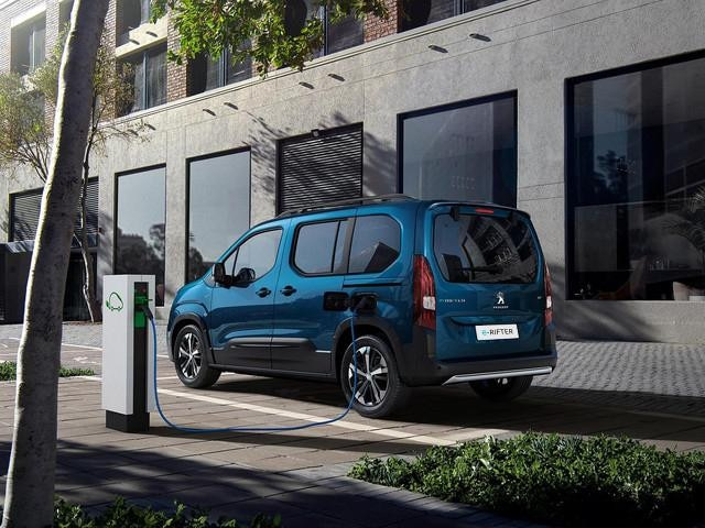 NEW PEUGEOT e-RIFTER - Charging at public station, cable plugged in