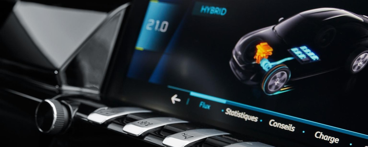 The touch screen incorporates a specific hybrid menu.