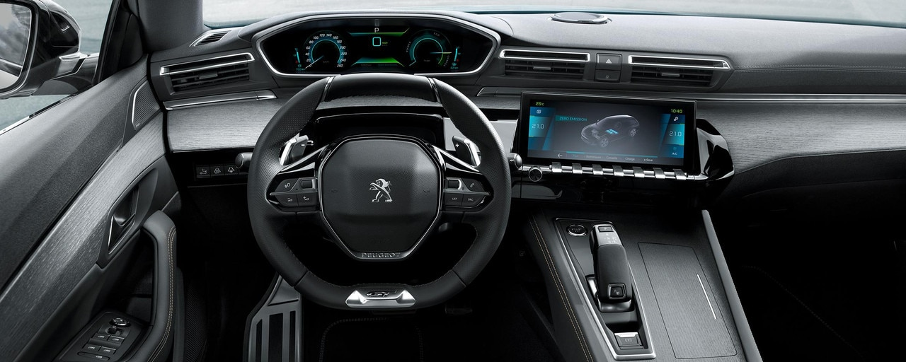 The hybrid-specific PEUGEOT i-Cockpit® integrates the driving information available in the driver's field of vision.