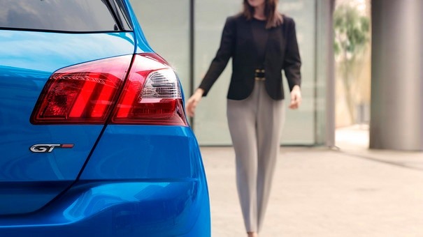 PEUGEOT 308: triple-claw tail lights