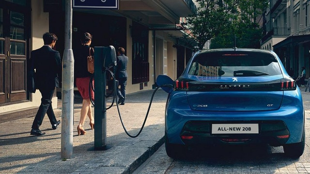 ALL-NEW PEUGEOT 208 ELECTRIC –  Rear view and public charging point
