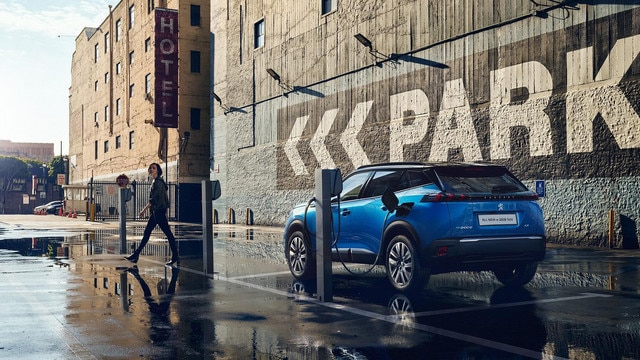 ALL-NEW PEUGEOT e-2008 electric SUV: charging in public terminals
