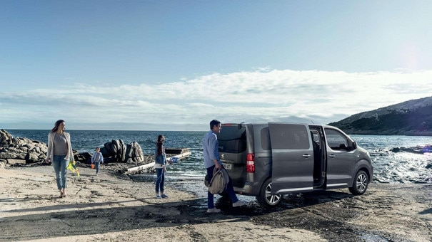 PEUGEOT Traveller:  hands-free sliding doors